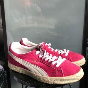 I am selling a pair of Men's retro Puma Clyde's.